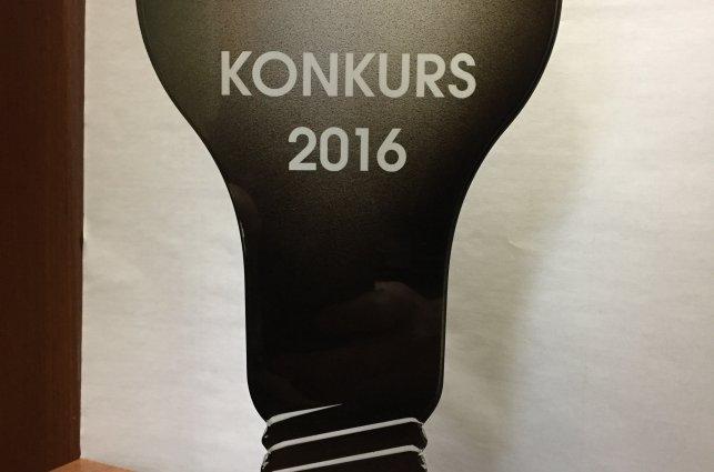 zdjęcie przedstawia statuetkę konkursową w kształcie żarówki