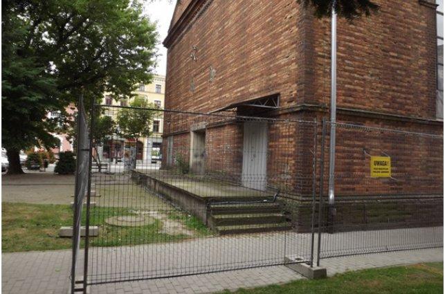 zdjęcie przedstawia dawny kościół ewangelicki w trakcie remontu
