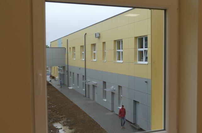 zdjęcie przedstawia nowy budynek szkoły w Sadkowie