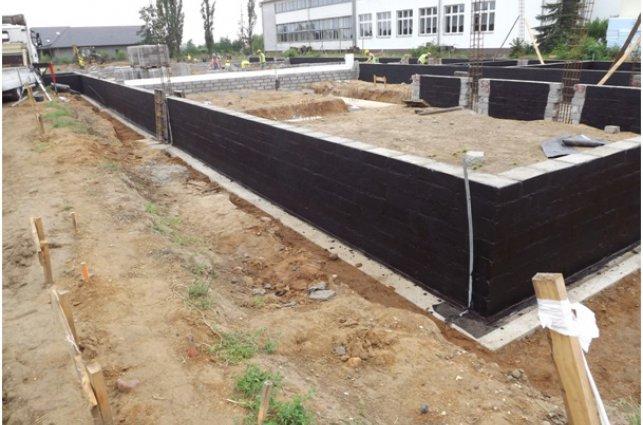 zdjęcie przedstawia ściany fundamentowe przebudowywanej i rozbudowywanej szkoły w Sadkowie