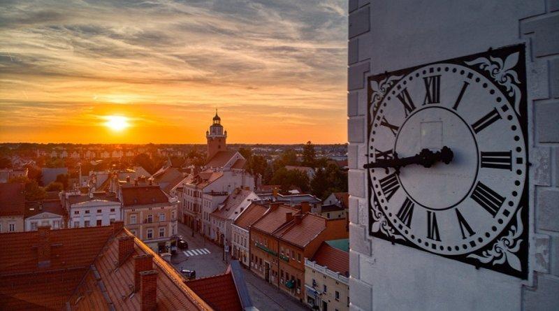 Na zdjęciu widok z lotu ptaka na Katy Wrocławskie. na pierwszym planie wieża zegarowa ratusza w Kątach.