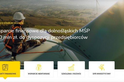 zdjęcie przedstawia mężczyznę siedzącego na wiatraku