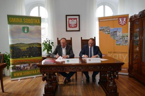 burmistrzowie podpisują umowę partnerską