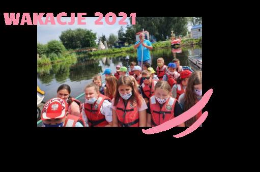 Na fotografii dzieci płyną łódką przez rzekę