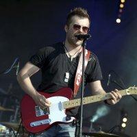 zdjęcie przedstawia gitarzystę