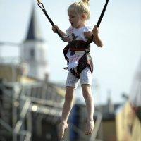 zdjęcie przedstawia dziewczynkę na trampolinie