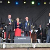 zdjęcie przedstawia przemawiającego burmistrza, w tle kobieta mężczyzna