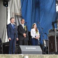 zdjęcie przedstawia przemawiającego dyrektora ANR oraz gości z Niemiec -  burmistrza Biblis i królową ogórków
