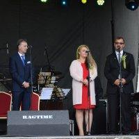 zdjęcie przedstawia trzy osoby, kobietę i dwóch mężczyzn, z których jeden przemawia
