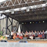 zdjęcie przedstawia zespół muzyki polskiej Mokosza, członkowie zespołu ubrani są w tradycyjne stroje ludowe