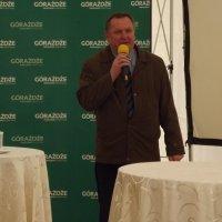 zdjęcie przedstawia burmistrza przemawiającego w namiocie