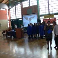 zdjęcie przedstawia halę widowiskowa-sportową w której zgromadzili się uczestnicy uroczystości; przygotowania do uroczystości