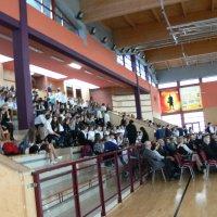 zdjęcie przedstawia halę widowiskowa-sportową w której zgromadzili się uczestnicy uroczystości
