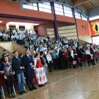 zdjęcie przedstawia halę widowiskowa-sportową w której zgromadzili się uczestnicy uroczystości; goście stoją