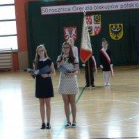 zdjęcie przedstawia halę widowiskowa-sportową; wystąpienie dwóch uczennic