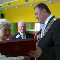 burmistrz wręcza dyplom okolicznościowy
