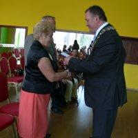 burmistrz wręcza jubilatom legitymacje