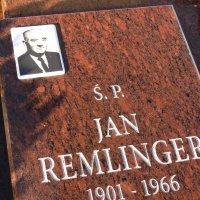 zdjęcie przedstawia płytę nagrobną Jana Remlingera, w lewym górnym rogu umieszczono zdjęcie zmarłego